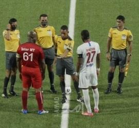 أكبر رجل في التاريخ يشارك في مباراة رسمية - فيديو