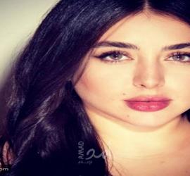 فنانة سورية تفاجئ جمهورها بصورة من طفولتها أمام البحر