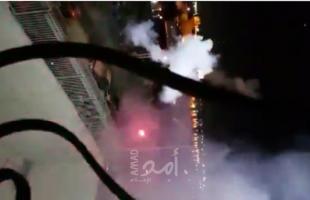 شبان يلقون مفرقعات نارية تجاه قوات الاحتلال في القدس