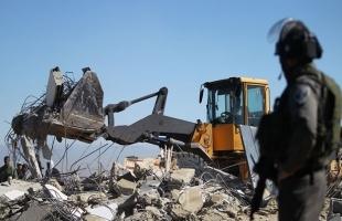 الخليل: قوات الاحتلال تخطر بهدم 4 مساكن شرق يطا