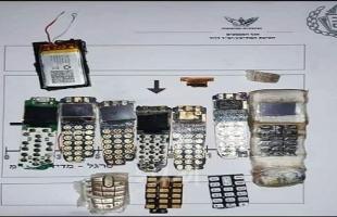 إعلام عبري: إدارة السجون تصادر 7 أجهزة خلوية من سجن عوفر