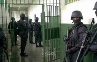 """وحدات القمع الإسرائيلية تقتحم سجن رامون بحثاً عن """"أنفاق محتملة"""""""