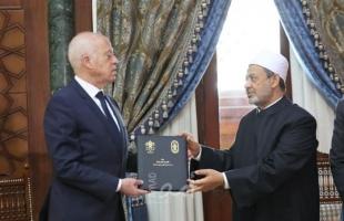 """شيخ الأزهر يهدي الرئيس التونسي نسخة من وثيقة """"الأخوة الإنسانية"""""""