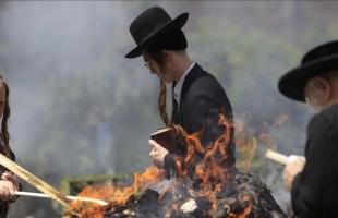 مستوطنون يحرقون محاصيل زراعية وكهفًا جنوب الخليل