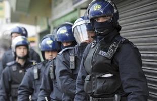 الشرطة الإيطالية تعثر على مخبأ أسلحة ضخم فى متجر للفاكهة