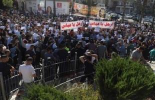 رام الله: تظاهرة  تنديدًا باغتيال نزار بنات.. و حواجز أمنية على مداخل المدينة