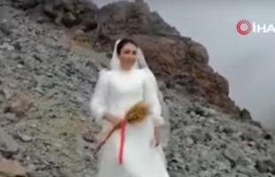 فتاة تركية تعلن زواجها من جبل - فيديو