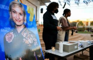 """وقفة احتجاجية على خلفية مقتل مديرة تصوير فيلم """"راست"""" في """"لوس أنجلوس"""" الأمريكية"""