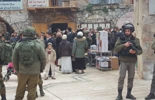الخليل: إصابة فلسطينيين جراء هجوم مستوطنين على منازلهم.. وإعتقال آخر - فيديو