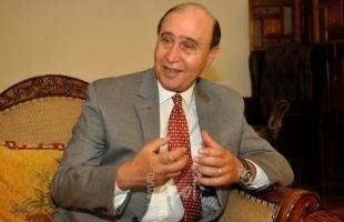 """رئيس هيئة قناة السويس السابق """"مميش""""يكشف موعد انتهاء أزمة السفينة الجانحة"""
