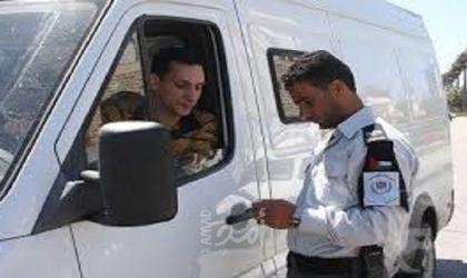 الشرطة تتلف مركبات غير قانونية في الخليل