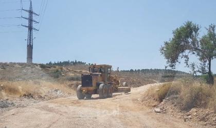 مستوطنون يشقون طريقا استيطانيا شرق بيت لحم