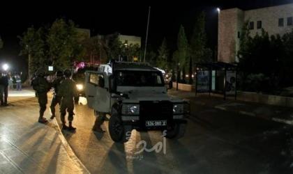 قوات الاحتلال تستولي على أموال ومستندات من محل للصرافة في الخليل