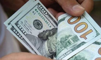 الدولار يتراجع عن مستويات قياسية بلغها في 9 أشهر