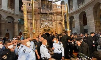 القدس: قوات الاحتلال تعتقل شابين وتعتدي على المصليين وتمنعهم من دخول كنيسة القيامة - فيديو