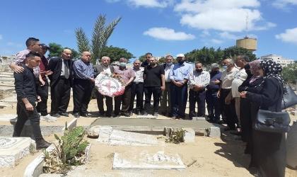 جبهة النضال الشعبي تزور ضريح عضو اللجنة المركزية في قطاع غزة