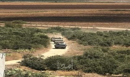 قوات الاحتلال تغلق مدخل يعبد الغربي وطرقا فرعية بالسواتر الترابية في جنين