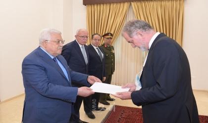 الرئيس عباس يتسلم رسائل من سفراء عدة دول