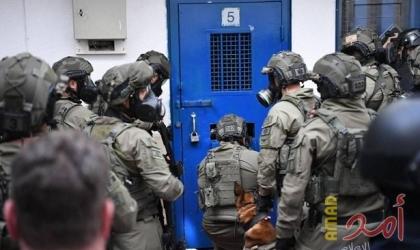 """أسرى """"عوفر"""" يغلقون الأقسام ويلتزمون غرفهم احتجاجًا على اقتحام قسم 16"""