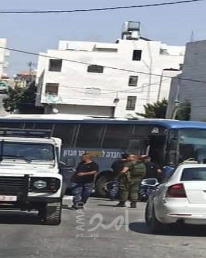 """الأمن الفلسطيني يُخرج ناقلةجنود لجيش الاحتلال بعد دخولها الخليل بـ """"الخطأ"""""""