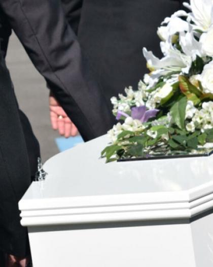سيدة تسرق مجوهرات الموتى أثناء الجنازة